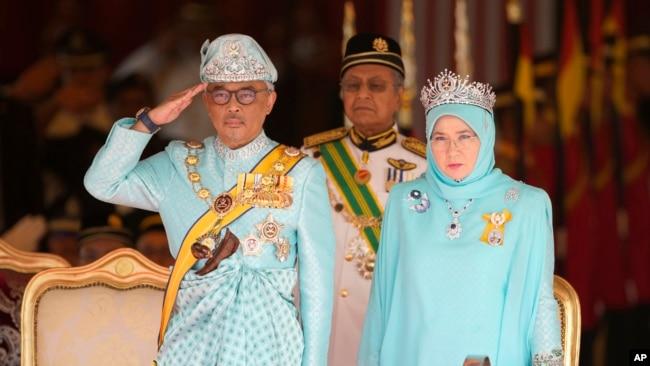 Quốc vương Abdullah Sultan Ahmad Shah của Malaysia bên cạnh Hoàng hậu Tunku Azizah Aminah Maimunah và Thủ tướng Mahathir Mohamad (giữa) trong buổi lễ chào mừng tại Nhà khách Chính phủ ở Kuala Lumpur hôm 31/1.