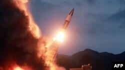 북한이 지난 10일 '기존 무기와 다른 우월한 전술적 특성을 가진 무기 체계'를 실험했다며 공개한 사진.
