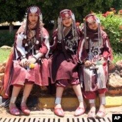 身着传统民族服装的班加西的女孩