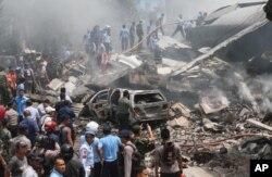 Hiện trường nơi chiếc C-130 rơi xuống khu dân cư ở thành phố Medan.