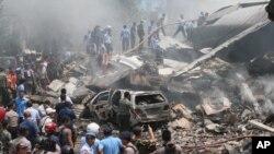 Destroços do avião militar que caiu sobre residências no norte de Sumatra, Indonésia, 30 de Junho 2015