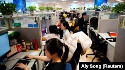 Karyawan bekerja di kantor perusahaan perjalanan online Ctrip.Com International Ltd di kantor pusatnya di Shanghai, selama tur media yang diselenggarakan pemerintah, setelah wabah COVID, China 14 Januari 2021. (Foto: REUTERS/Aly Song)