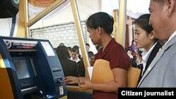 ບັນດາລູກຄ້າ ຂອງທະນະຄານ ຢູ່ໃນລາວ ກຳລັງນຳໃຊ້ ຕູ້ ATM ຂອງທະນາຄານ