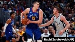 Nikola Jokić i Jakob Peltl u prvom poluvremenu pete utakmice prvog kola NBA plej-ofa (Foto: AP/David Zalubowski)