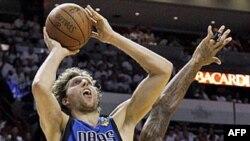Duel Dirka Novickog i Judonisa Haslima u drugoj utakmici finalne serije NBA plej-ofa u Majamiju