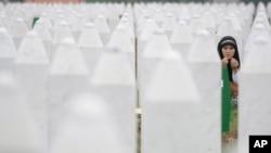 Merima Nukić na grobu svog oca, 11. jul 2013.