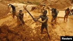 加納礦工挖掘土地找尋黃金(資料照片)