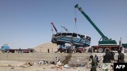 Kran podiže autobus posle nesreće u kojoj su pogunule 34 osobe
