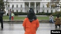 Un manifestante encapuchado protesta por el programa de interrogatorios de la CIA frente a la Casa Blanca en Washington.