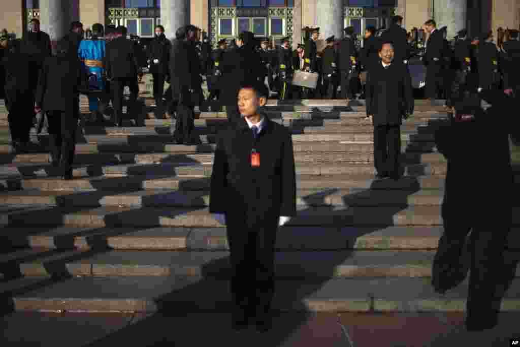 14일 베이징 인민대회당에서 공산당 대표들이 사진을 찍을 동안 안내원으로 옷차림으로 호위하는 군인.