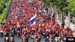 Ribuan demonstran anti pemerintah mengendarai motor pada sebuah pawai di Bangkok, 9 April 2010.