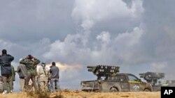시르테를 향해 로케트포를 발사하는 시민군