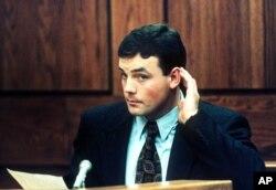 John Wayne Bobbitt (suami Lorena Bobbitt) pada saat bersaksi di pengadilan Prince William, Manassas, Virginia 1 Januari 1994.