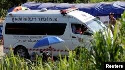 Mobil ambulans yang diperkirakan membawa anak-anak yang berhasil diselamatkan, meninggalkan komplek gua Tham Luang, provinsi Chiang Rai, Thailand utara, Senin (9/7).