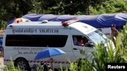 Ambulantna kola čekaju spašene dječake ispred pećine na Tajlandu