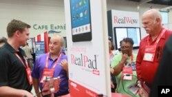 AARP tiene pensado crear aplicaciones para que los usuarios también puedan monitorear su salud y administrar sus finanzas.