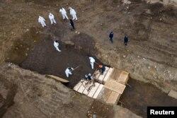 Тіла померлих через коронавірус ховають на острові Гарт Айланд у Нью-Йорку, 9 квітня 2020