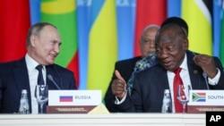 Presiden Rusia Vladimir Putin (kiri) dan Presiden Afrika Selatan Cyril Ramaphosa di Sochi, Rusia, 24 Oktober 2019.