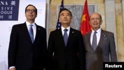 Bộ trưởng Tài chính Mỹ Steve Mnuchin (trái), Bộ trưởng Thương mại Mỹ Wilbur Ross (phải) và Phó thủ tướng Trung Quốc Uông Dương chụp hình trước cuộc Đối thoại Kinh tế Toàn diện Mỹ-Trung Quốc ở Washington, ngày 19 tháng 7, 2017.