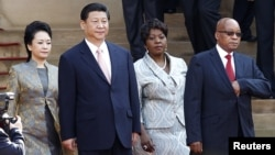 South Africa's President Jacob Zuma (R) wife Bongi Ngema (2nd R) welcome China's President Xi Jinping (2nd L) and wife Peng Liyuan for a working visit to South Africa, in Pretoria Mar. 26, 2013.