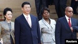 시진핑 중국 국가주석(왼쪽 2번째)과 부인 펑리위안(왼쪽 1번째)이 26일 남아프리카공화국 프레토리아에서 제이콥 주마 대통령(오른쪽 1번째)과 부인 봉기 응게마의 환영을 받고 있다.