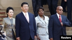 中国主席习近平和夫人2013年3月访问南非,和南非总统祖马和夫人合影。