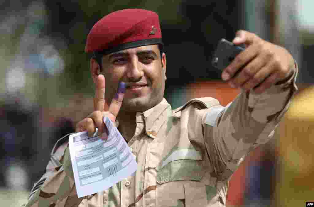 آغاز انتخابات پارلمانی عراق و رای گیری از نیروهای امنیتی در آن کشور. عکس سلفی این سرباز پس از آنکه رای خود را به صندوق انداخت.
