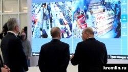 Мэр Москвы Сергей Собянин, президент Владимир Путин и премьер-министр Михаил Мишустин (слева направо) во время посещения колл-центра оперативного штаба по коронавирусу.