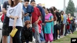Funcionarios electorales en el Condado de Los Angeles dicen que algunos votantes esperaron hasta dos horas para depositar su voto en una biblioteca del área, el domingo 30 de octubre de 2016.