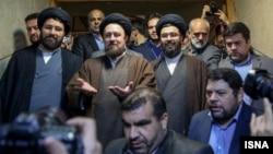 یاسر و علی، دو نوه دیگر آیتالله خمینی، حسن خمینی را در هنگام ثبت نام همراهی کردند.