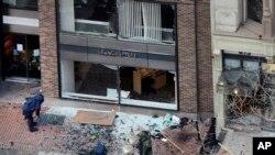 Salah satu lokasi ledakan di jalan Boylston dekat garis finish marathon Boston, Senin (15/4).