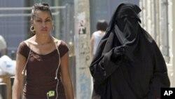 Une femme en Burqa à Marseille