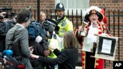 Tony Appleton, mengumumkan kelahiran bayi kerajaan di Lindo Wing, Rumah Sakit St. Mary's, London, 2 Mei 2015 (AP Photo/Alastair Grant).