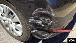 作者被撞坏的车子(美国之音 亚微拍摄)