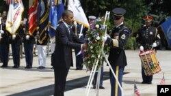 Le président Obama plaçant une gerbe de fleurs sur la Tombe du soldat inconnu, à Arlington