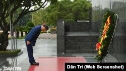 Hình ảnh Thủ tướng Nhật Bản Suga Yoshihide cúi đầu tưởng niệm trước lăng của cố lãnh tụ Hồ Chí Minh ở Hà Nội gợi ra những nhận định về mối quan hệ tương lai giữa Nhật và Việt Nam dưới thời của người tiền nhiệm của Thủ tướng Shinzo Abe.