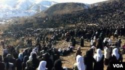 Ribuan warga etnis Kurdi di Turki tenggara menghadiri pemakaman 35 warga sipil korban serangan udara (30/12).