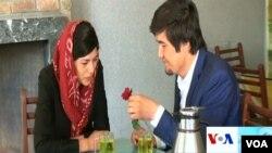 حیات و فریده پسر و دختری افغان استند که از طریق فیسبوک با هم آشنا شدند.