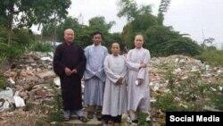 Đại đức Thích Thiện Phúc và các phật tử chùa An Cư sau khi chùa bị cưỡng chế và san bằng sáng ngày 09/11/2018. Facebook Thich Thien Phuc.
