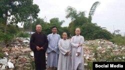 Trong khi nhiều chùa xây ngày càng lớn, có những chùa đã bị san bằng. Hình: Đại đức Thích Thiện Phúc và các phật tử chùa An Cư sau khi chùa bị cưỡng chế và san bằng sáng ngày 09/11/2018. Facebook Thich Thien Phuc.