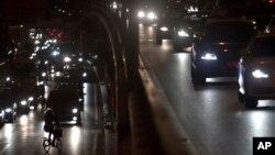 La iluminación en las carreteras podría en pocos años sufrir un avance que significaría el ahooro de millones de dólares.