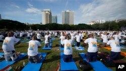 Hàng ngàn người dự buổi thực hành yoga trong sân Đại học Chulalongkorn ở Bangkok đánh dấu Ngày Yoga Thế Giới