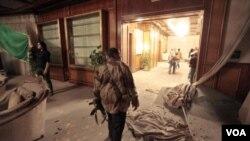 Aviones de la OTAN bombardearon este lunes el complejo Bab al-Aziziyah de Gadhafi en Trípoli.