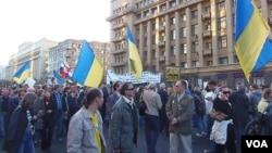 一年前的乌克兰大规模反政府示威冲击俄罗斯。去年秋季在莫斯科市中心举行的反对俄罗斯入侵乌克兰的反战大游行中,许多示威者手举乌克兰国旗表达对乌克兰支持。(美国之音白桦拍摄)