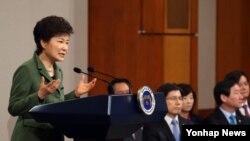 취임 1주년인 지난달 25일 박근혜 한국 대통령이 청와대 춘추관 기자회견장에서 대국민 담화를 발표하고 있다. (자료사진)