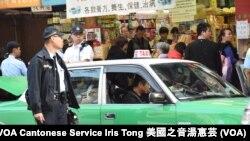 大批警員在水貨導賞團遊行路線疑似水貨客聚集搭車的士站協助維持秩序 (攝影: 美國之音湯惠芸)