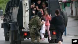 2015年5月9日警察在幫助人們從馬其頓北部的庫瑪諾沃鎮撤離。