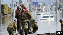 Pripadnici japanskih snaga odbrane spašavaju preživele posle katastrofalnog zemljotresa