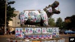 Một bức tượng hà mã dán đầy các áp phích bầu cử ở Bamako, Mali, ngày 19/11/2013