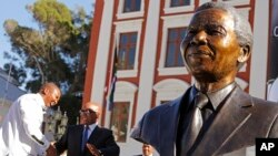 Janubiy Afrika poytaxtida Nelson Mandelaga o'rnatilgan haykal. Keyptaun. 28-aprel 2014.
